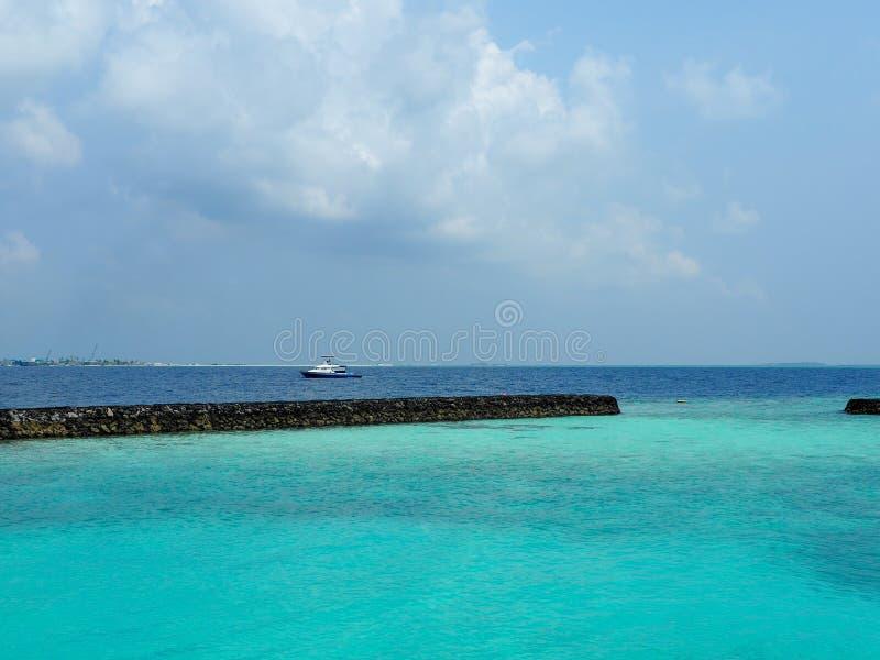 Mar azul em Maldivas foto de stock