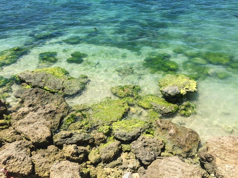 Mar azul en el día soleado foto de archivo