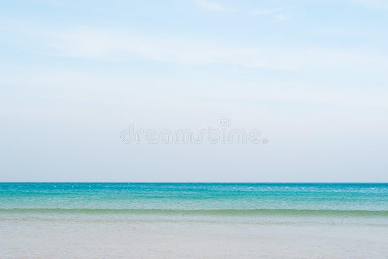 Mar azul en la playa de Patong fotografía de archivo