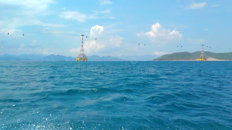 Mar azul en tiempo soleado imagenes de archivo