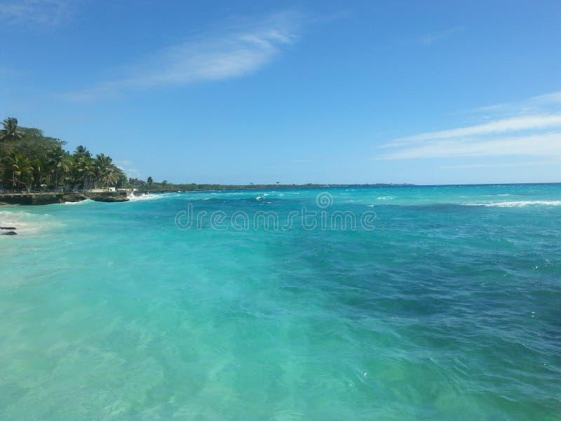 Mar azul hermoso fotos de archivo libres de regalías