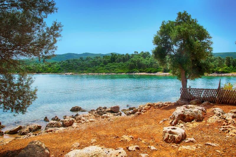 Mar azul hermoso de la playa de Marmaris en fondo de las montañas imágenes de archivo libres de regalías