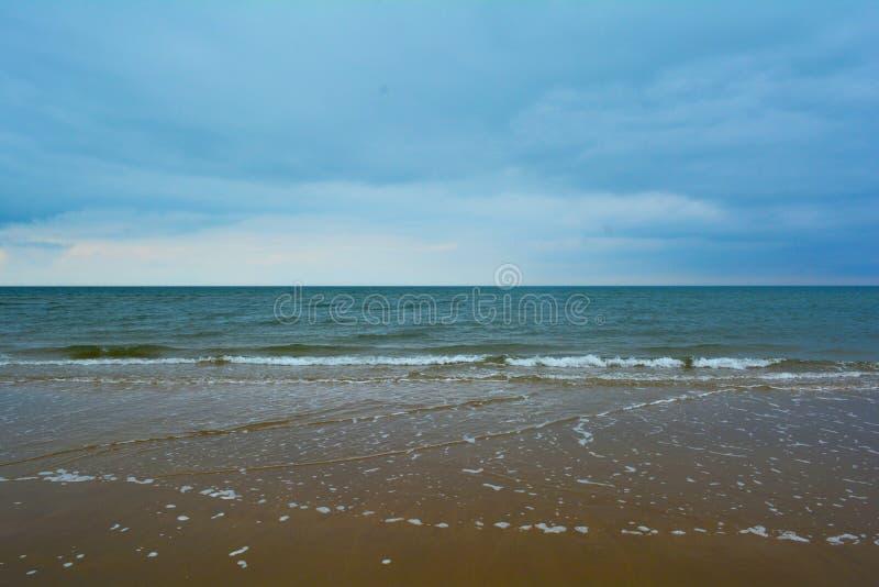 Mar azul hermoso y playa arenosa, mar septentrional, playa de Holkham, Reino Unido imagen de archivo libre de regalías