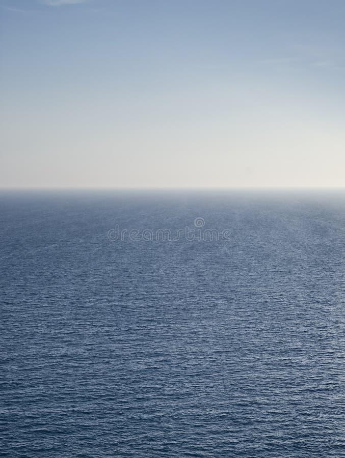 Mar azul infinito imagens de stock