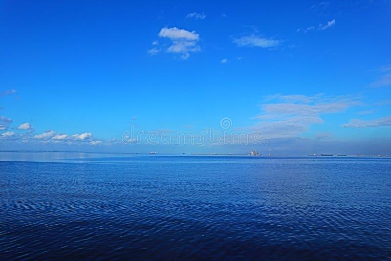 Mar azul na baía de Manila fotografia de stock royalty free