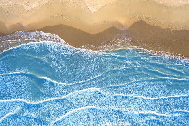 Mar azul na praia vista de cima de imagem de stock