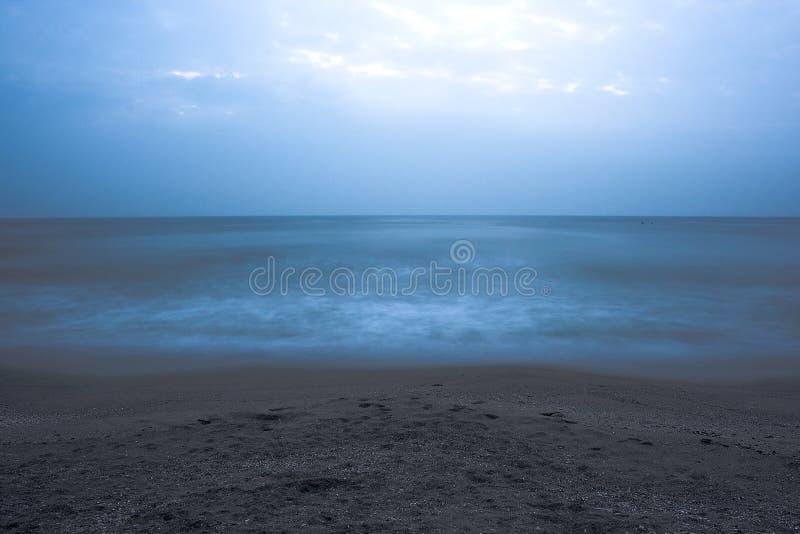 mar azul por la tarde fotografía de archivo libre de regalías