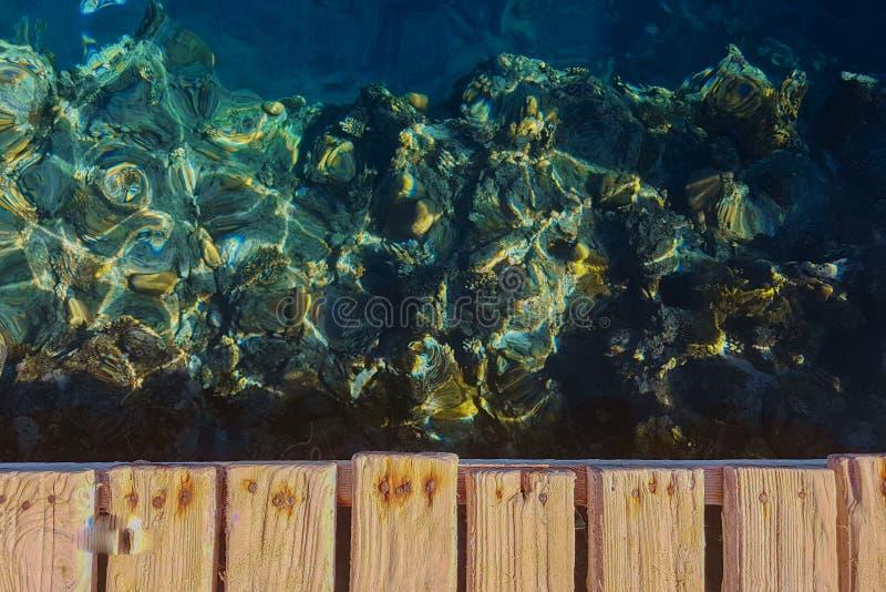 Mar azul profundo com raios do sol fotos de stock