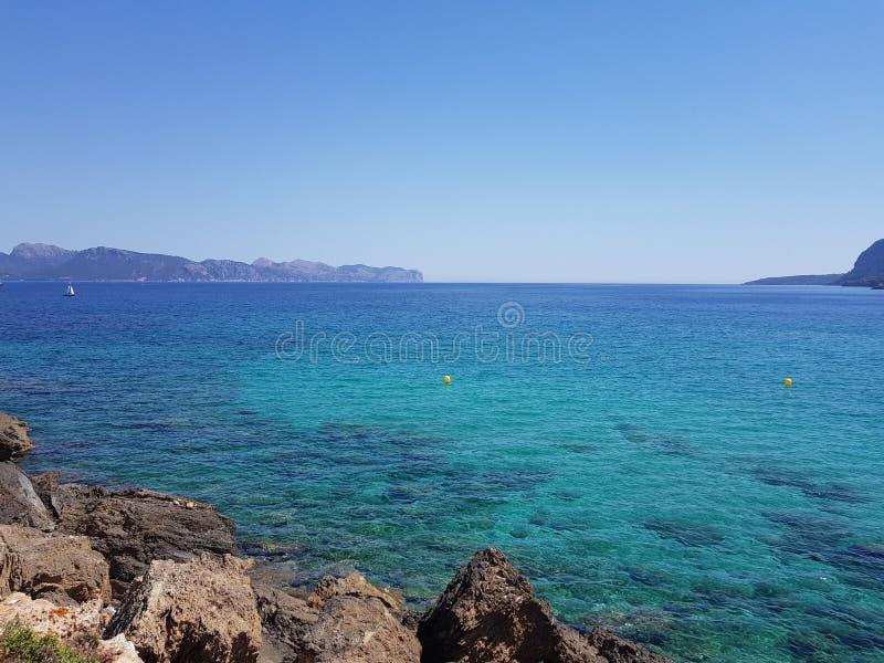 Mar azul profundo de las rocas foto de archivo