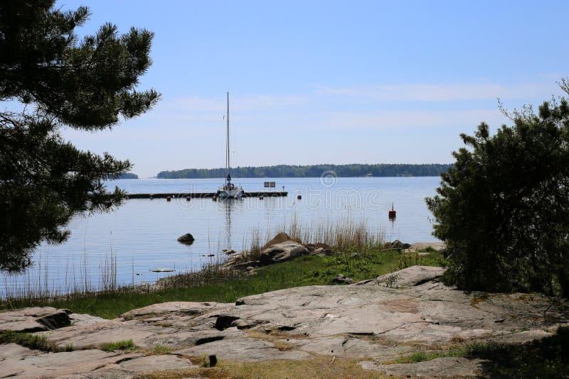 Mar Báltico, céu azul, nuvens, barco de navigação pequeno imagens de stock