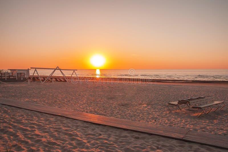 Mar Báltico en luz caliente de la puesta del sol de la primavera Playa de Sandy en Jurmala, Letonia, Europa del este fotos de archivo