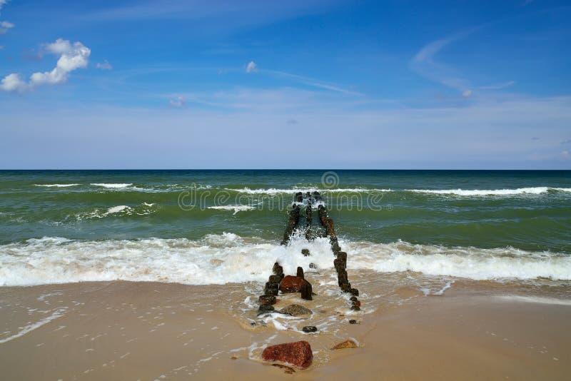 Download Mar Báltico y rompeolas foto de archivo. Imagen de esmeralda - 44856760