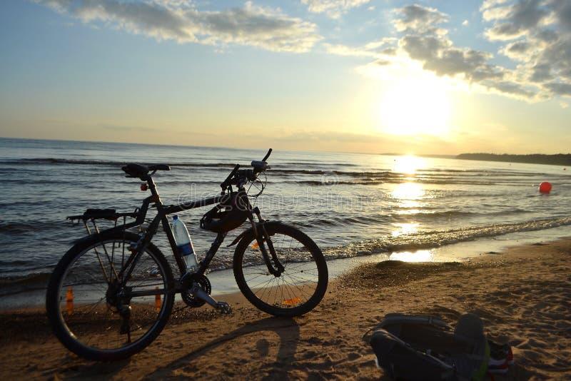 Mar Baltico al tramonto ed alla bici fotografie stock