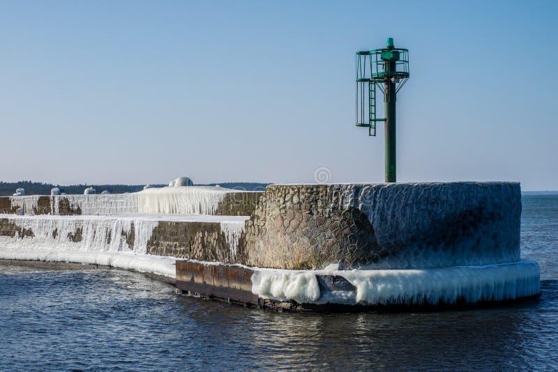 Mar Baltico in Polonia Entrata al porto, calcestruzzo coperto di ghiaccio immagine stock libera da diritti