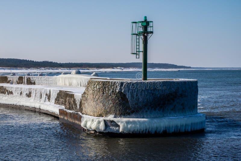 Mar Baltico in Polonia Entrata al porto, calcestruzzo coperto di ghiaccio fotografia stock libera da diritti