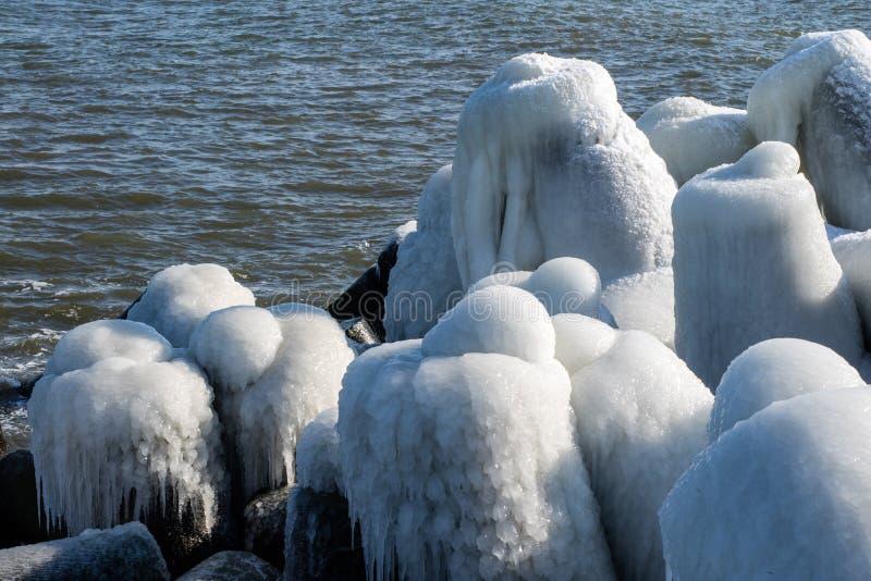 Mar Baltico in Polonia Entrata al porto, calcestruzzo coperto di ghiaccio immagine stock