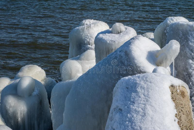 Mar Baltico in Polonia Entrata al porto, calcestruzzo coperto di ghiaccio fotografia stock