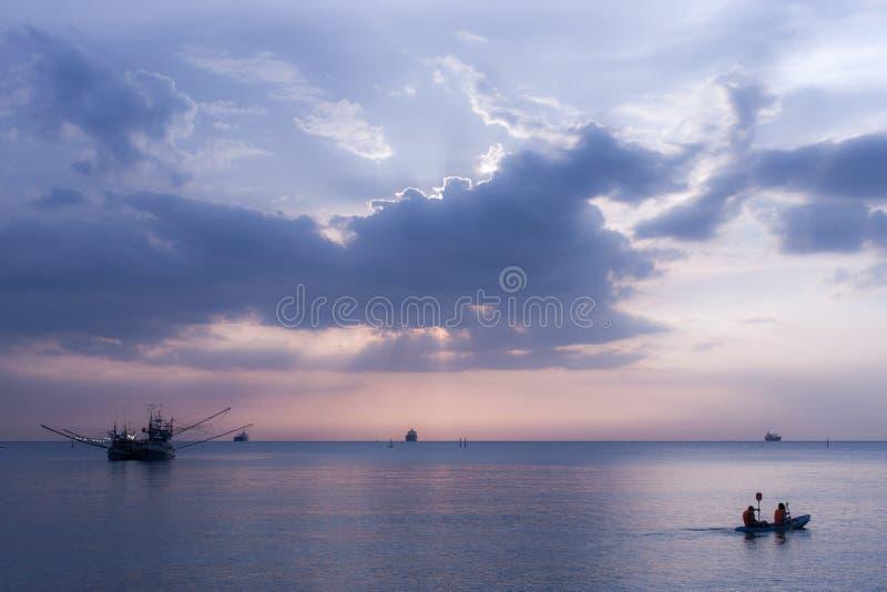 Mar, barco, crepúsculo foto de stock
