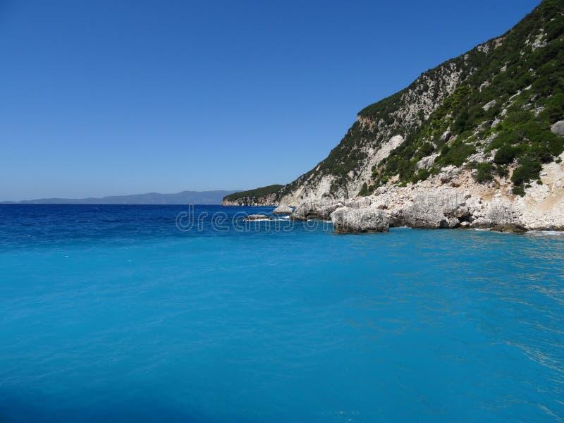 Mar bonito de turquesa com rochas imagem de stock