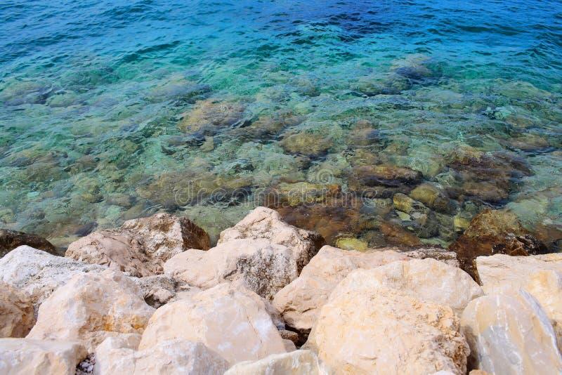 Mar bonito e costa rochosa fotografia de stock