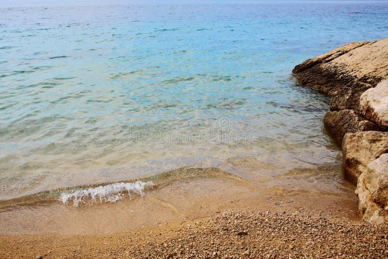 Mar bonito e costa rochosa imagens de stock