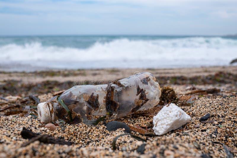 Mar, botella y basura pl?sticos de la contaminaci?n en la arena fotografía de archivo libre de regalías