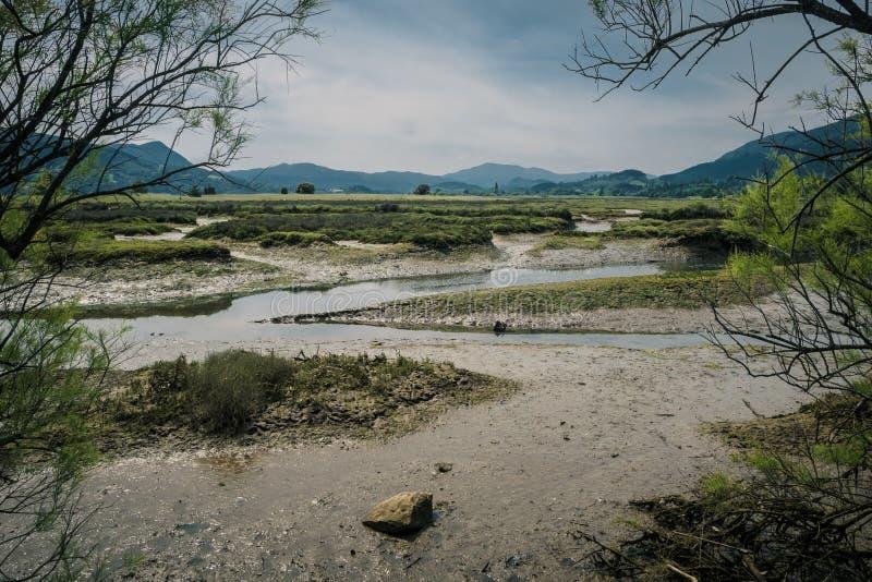 Mar?cages et marais dans la r?servation de biosph?re d'Urdaibai dans le pays Basque image stock