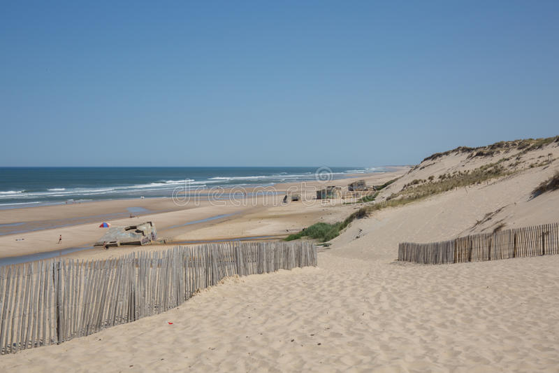Mar caliente amarillo de la arena y del verano con el cielo y el espacio libre imagenes de archivo