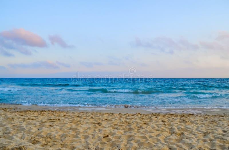 Mar caliente amarillo de la arena y del verano con el cielo y el espacio libre fotos de archivo
