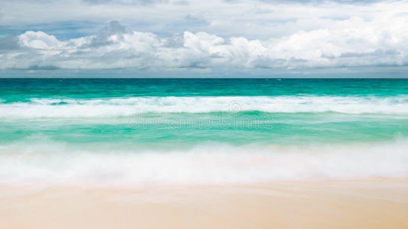 Mar caliente amarillo de la arena y del verano con las nubes blancas del cielo y el espacio libre imagenes de archivo
