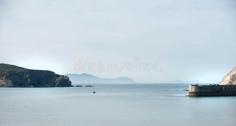 Mar calmo, barco na costa imagem de stock royalty free
