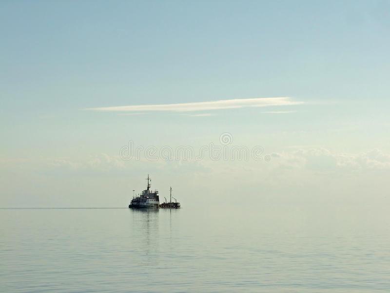 Mar calmo da manhã com o navio imagens de stock