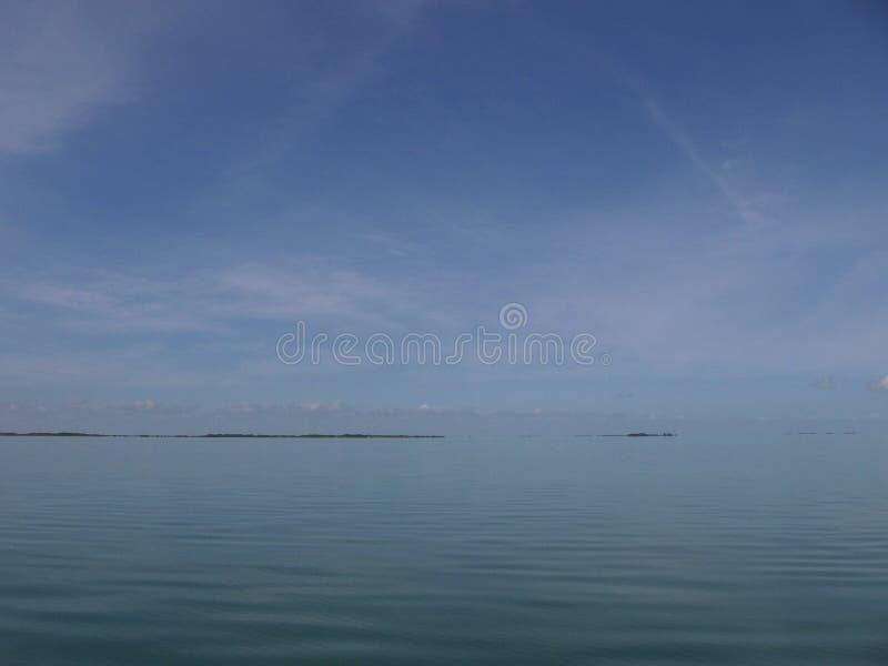 Mar calmo do céu grande foto de stock