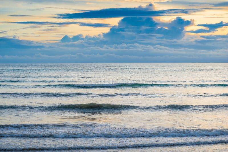 Mar calmo na noite e nas nuvens sombrios foto de stock