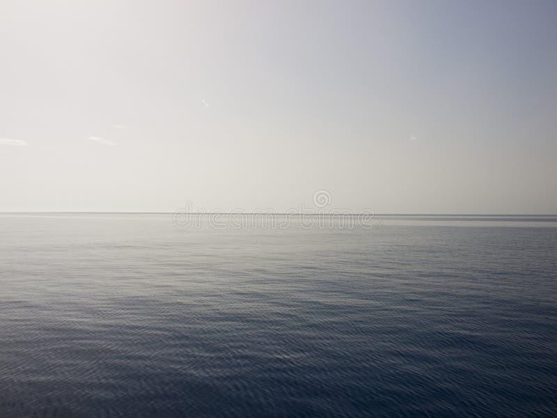 Mar calmo no meio do dia imagem de stock