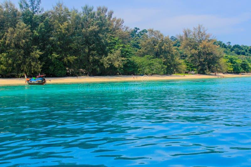 Mar claro, praia bonita fotografia de stock