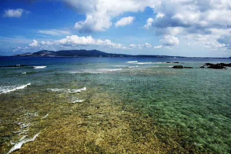 Mar colorido em Okinawa foto de stock