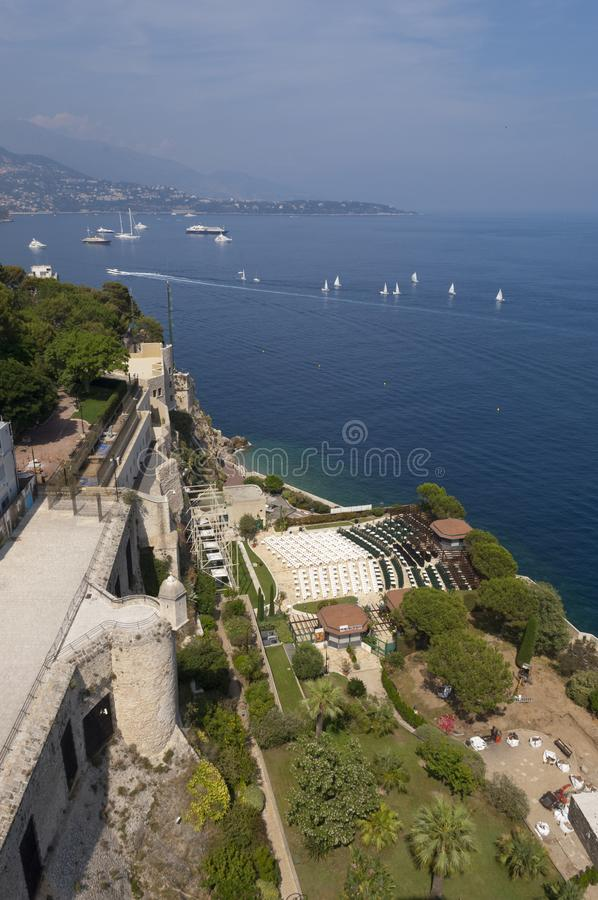 Mar com barcos e opinião do litoral da parte superior do aquário de Mônaco fotos de stock royalty free