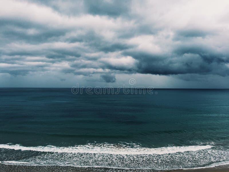 Mar com nuvens imagem de stock