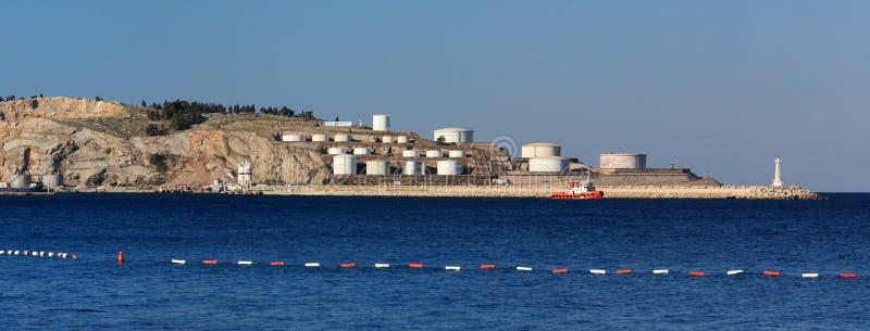 Mar con los tanques de petróleo imagen de archivo