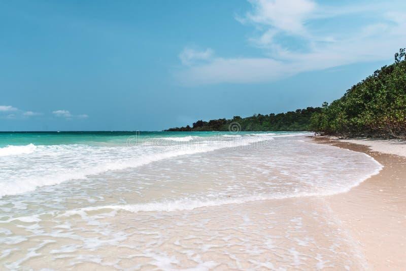 Mar con una playa blanca de la arena Visión aérea desde arriba Ondas del mar fotografía de archivo libre de regalías
