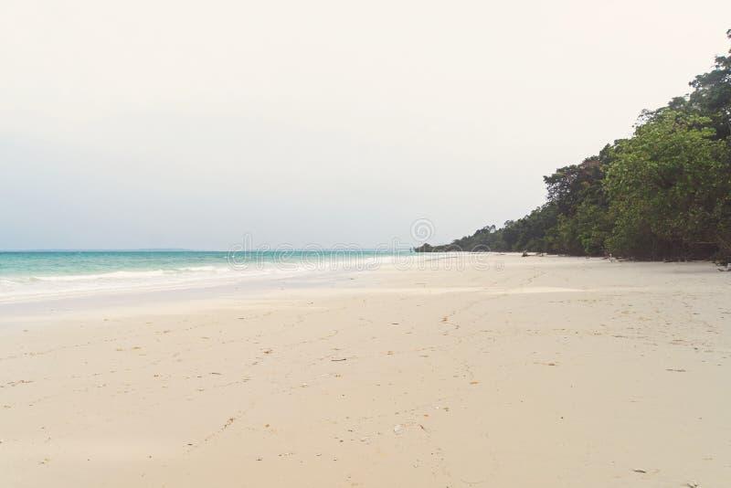 Mar con una playa blanca de la arena Visión aérea desde arriba Ondas del mar imagenes de archivo