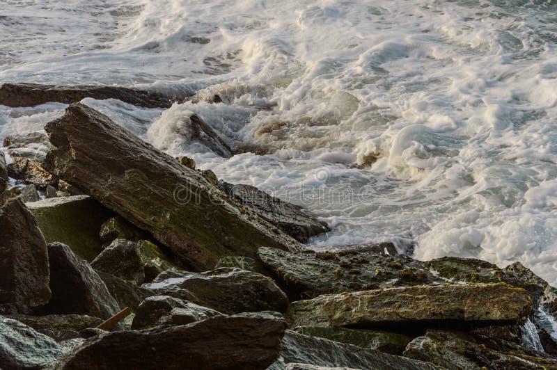 Mar contra as rochas 2 imagem de stock