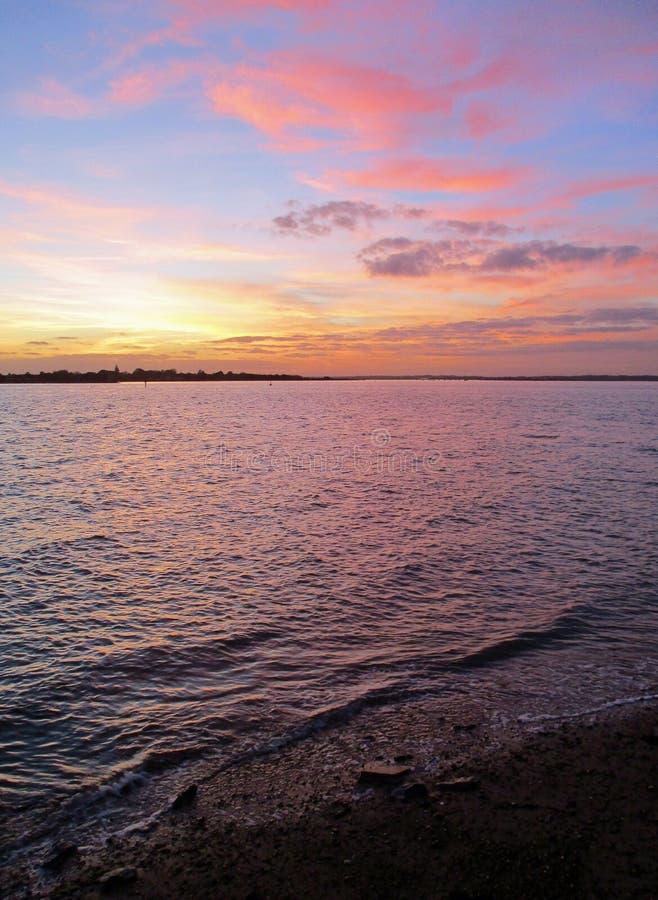 Mar cor-de-rosa sob um céu cor-de-rosa fotografia de stock