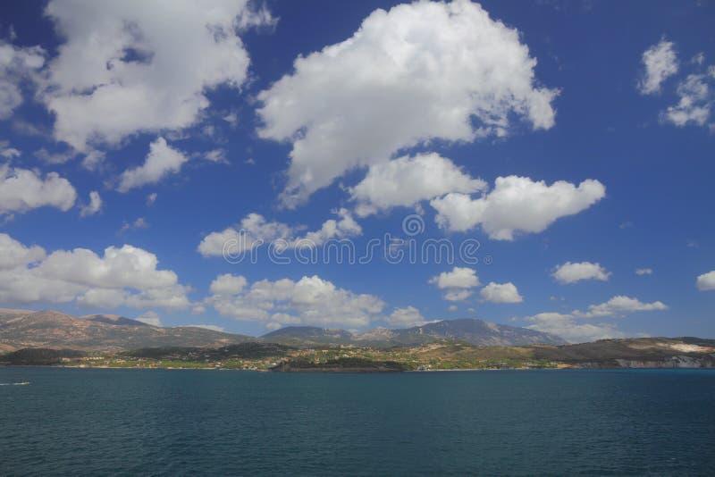Mar, costa y cielo con Kefalonia cubierto, Grecia foto de archivo