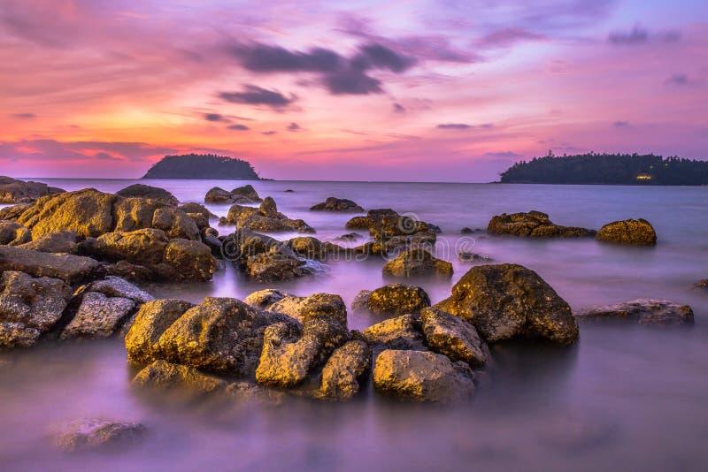 Mar costero de la puesta del sol foto de archivo libre de regalías