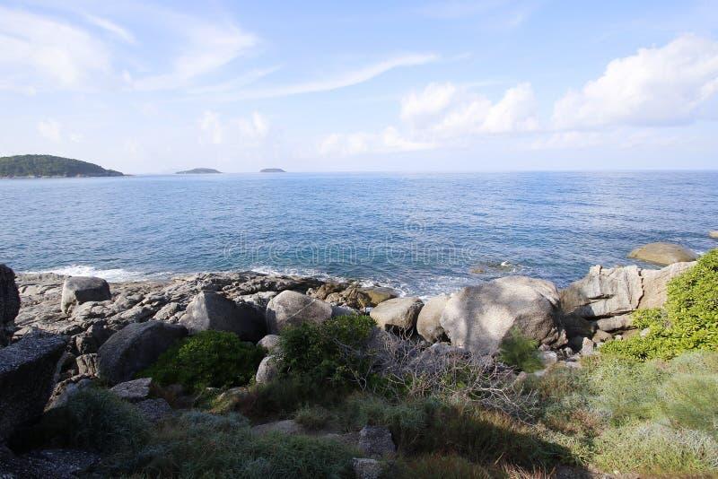 Mar da marinha e céu claramente azul imagens de stock royalty free