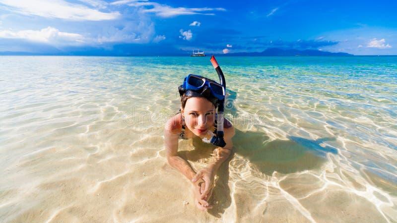 Mar da mulher com máscara imagens de stock royalty free