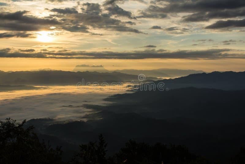 Mar da névoa com Doi Luang Chiang Dao, represa de Doi do formulário da vista em Wianghaeng fotografia de stock