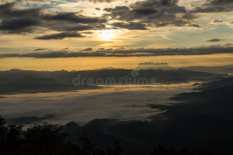 Mar da névoa com Doi Luang Chiang Dao, represa de Doi do formulário da vista em Wianghaeng fotos de stock royalty free